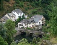 Esch-sur-Sûre och bro Arkivfoto
