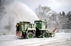 Esclarecimento da neve na estrada. Imagens de Stock Royalty Free