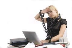 Esclavo de la mujer de su trabajo con PC portable Fotografía de archivo libre de regalías
