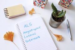 Esclerosis lateral amiotrófica del ALS escrita en cuaderno imagen de archivo