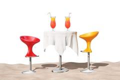 Escluda i panchetti moderni vicino alla Tabella con i cocktail tropicali rossi sul Fotografia Stock Libera da Diritti