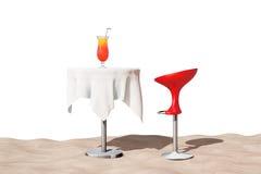Escluda il panchetto moderno vicino alla Tabella con il cocktail tropicale rosso sul Sa Immagine Stock Libera da Diritti