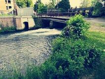 Esclusa debajo de un puente Fotografía de archivo
