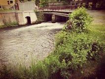 Esclusa y puente en verano imagen de archivo libre de regalías