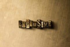ESCLUSIVO - il primo piano dell'annata grungy ha composto la parola sul contesto del metallo immagini stock
