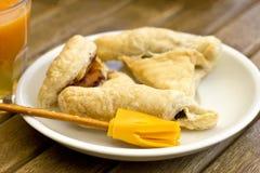 Escoba de la pasta de hojaldre y del queso de la magia del palillo y del Cheddar salados fotos de archivo