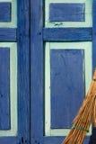 Escoba y puerta Fotografía de archivo libre de regalías
