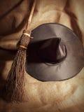 Escoba y sombrero de bruja Imagen de archivo