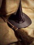 Escoba y sombrero de bruja Fotos de archivo