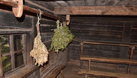 Escobas de abedul para un cuarto de vapor en baño de madera ruso tradicional Foto de archivo libre de regalías