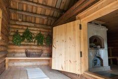 Escobas de abedul para un cuarto de vapor en el baño de madera ruso Fotos de archivo
