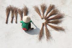 Escobas de sequía de la muchacha Fotos de archivo libres de regalías