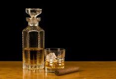 Escocés y escocés-rocas con el cigarro Imagen de archivo libre de regalías