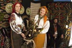 Escoceses Hutsuls nos Carpathians na roupa do vintage imagem de stock