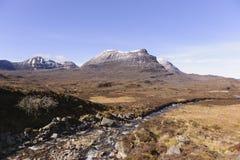 Escocia, montaña, coronada de nieve en primavera Foto de archivo libre de regalías