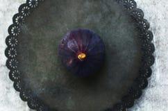 Escoja el higo púrpura en la placa de metal rústica, visión superior Fotografía de archivo libre de regalías