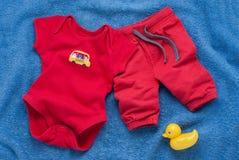 Escoja el mono rojo del bebé con llaves plásticas del juguete Fotos de archivo