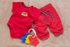 Escoja el mono rojo del bebé con llaves plásticas del juguete Foto de archivo