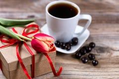 Escoja el tulipán del corte en la caja de regalo con café y chocolate en la tensión Fotografía de archivo libre de regalías