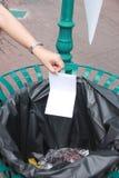 Escoja la basura a dedo puesta en compartimientos Fotografía de archivo