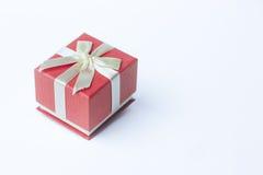 Escoja la caja de regalo roja con la cinta en el fondo blanco Imagenes de archivo