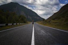 Escoja a la mujer descalza está caminando a lo largo del camino de la montaña Viaje, turismo y concepto de la gente Fotografía de archivo libre de regalías