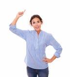 Escoja a la mujer joven que señala encima de su brazo derecho Foto de archivo libre de regalías