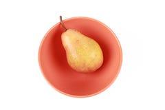 Escoja las frutas frescas de la pera en un tazón de fuente sobre blanco Imágenes de archivo libres de regalías