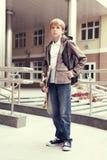 Escola adolescente com schollbag e skate Imagem de Stock Royalty Free