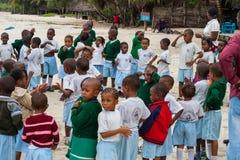 A escola africana caçoa ao ar livre com professores Imagem de Stock