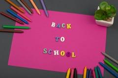 A escola ajustou-se com papel, texto & o x22 cor-de-rosa; De volta ao school& x22; de letras e de pastéis de madeira Imagens de Stock Royalty Free