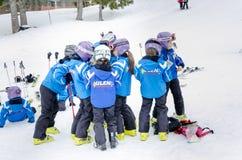 Escola búlgara do esqui do formulário das crianças Fotografia de Stock Royalty Free