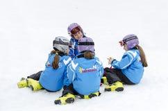 Escola búlgara do esqui do formulário das crianças Fotos de Stock