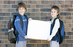 A escola caçoa o sinal em branco da terra arrendada Imagens de Stock Royalty Free