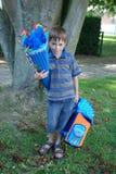 A escola começa, menino em seu primeiro dia na escola fotografia de stock