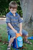 A escola começa, menino em seu primeiro dia na escola foto de stock royalty free