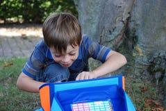 A escola começa, menino em seu primeiro dia na escola imagem de stock