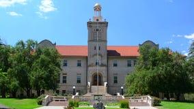 Escola da universidade pública de Colorado do edifício da administração das minas em um dia ensolarado video estoque