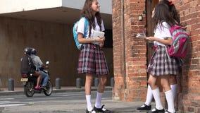 Escola de Teen Girls At do estudante vídeos de arquivo