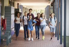 A escola do adolescente caçoa o corredor no corredor da High School foto de stock