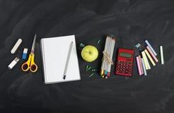 Escola e materiais de escritório no quadro-negro da sala de aula Vista com co Imagens de Stock