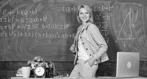escola Educa??o home Mulher feliz De volta ? escola Dia dos professores Mulher na sala de aula professor com o despertador em imagens de stock