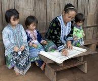Escola em Ásia, lições com grupo étnico Meo Foto de Stock Royalty Free