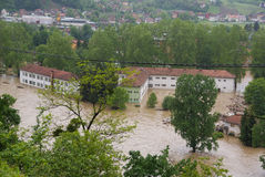 A escola em uma cidade pequena durante inundações Fotografia de Stock
