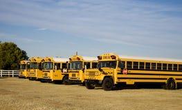 Escola exterior estacionada auto escolares Fotos de Stock