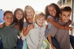 A escola primária caçoa o sorriso à câmera no tempo da ruptura imagens de stock royalty free