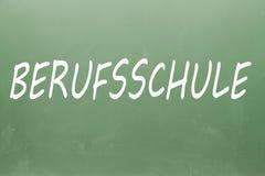 Escola profissional de Berufsschule Berufsschule no alemão escrito em um quadro-negro Foto de Stock Royalty Free