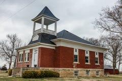 A escola vermelha velha transformou na casa em Midwest ao longo de 80 de um estado a outro em Nebraska Foto de Stock