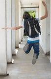 Escolar adolescente con una mochila en el suyo parte posterior que camina a la escuela Foto de archivo libre de regalías