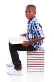 Escolar afroamericano que lee un libro - personas negras Fotografía de archivo